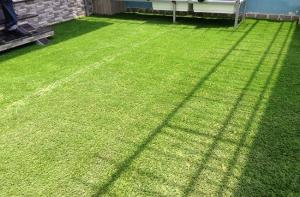 Sử dụng cỏ nhân tạo trang trí, tạo mảng xanh cho ngôi nhà